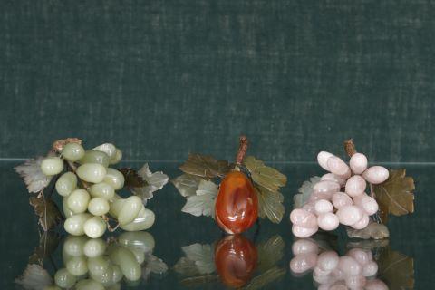 2 grappes de raisins et 1 branche de figuier
