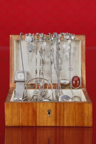Boîte en bois plaqué + bijoux fantaisie