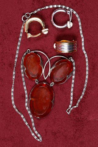 1 collier  fantaisie + 1 paire de clips d'oreille