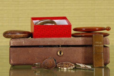 Ensemble de bijoux fantaisie et objets cosmétiques
