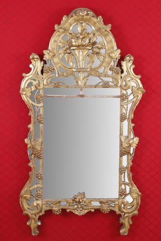 Miroir à fronton dans un encadrement à parecloses