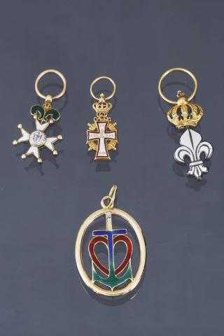 4 pendentifs reprenant des décorations