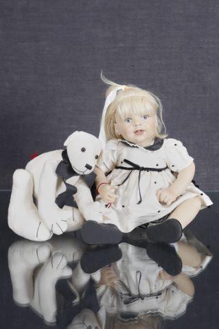 """Grande poupée assise, modèle """"Eloïse"""""""
