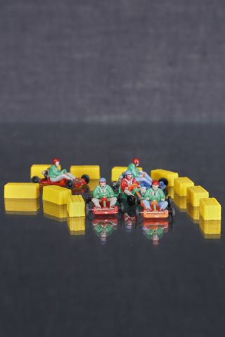 5 karts miniatures avec leurs pilotes