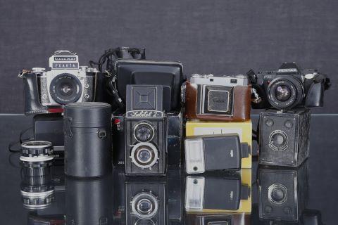Ensemble d'appareils photo anciens et objectifs