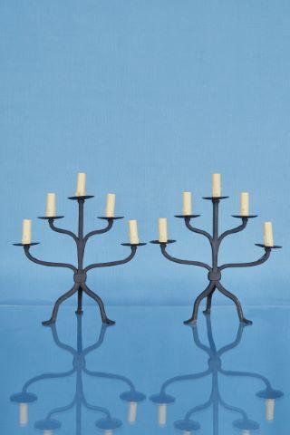 Paire de flambeaux tripodes à 5 bras de lumières
