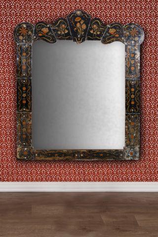 Grand miroir à fronton chantourné