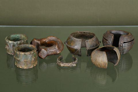 7 bracelets de cheville, probablement d'esclaves