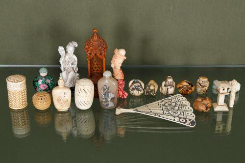 Ensemble d'environ 27 objets de vitrine