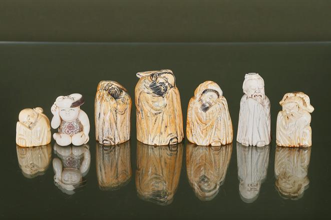 7 figurines de vieillards et enfant au masque du théâtre nô