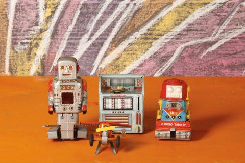 Lot de quatre jouets mécaniques et à piles